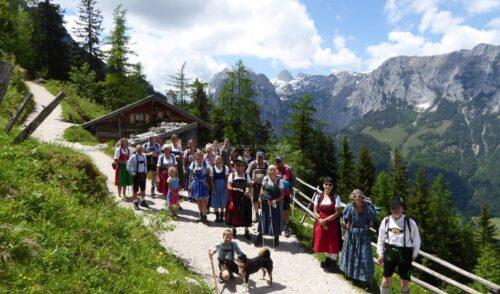 Artikelbild zu Artikel Wanderung in Dirndl und Lederhosn auf die Schärten-Alm 1359 m